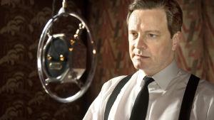Colin Firth elokuvassa Kuninkaan puhe.
