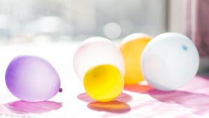 Ilmapalloja pöydällä auringonvalossa.