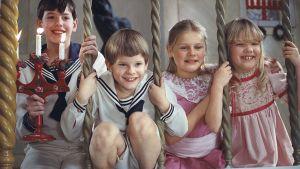 Scen ur filmen Fanny och Alexander med glada barn.