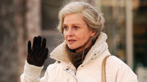 Julie Christie elokuvassa Kaukana poissa (Away from Her), joka perustuu Alice Munron novelliin.