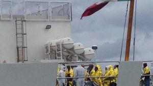 Migranter från Afrika ombord på kustevakningsfartgyet Dattilo som deltar i operationen för att rädda migranter och flyktingar på Medelhavet