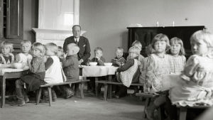 Markus-setä joensuulaisten lasten ympäröimänä.