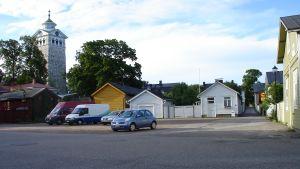 Hus och bilar på Basatorget i gamla stan i Ekenäs.