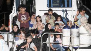Irakiska kurder som togs omhand av den italienska kustbevakningen utanför Italiens kust på fredagen 13.7.