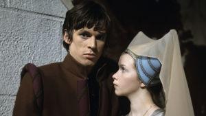Hannu Kahakorpi ja Pirjo Jääskeläinen (Hamlet ja Ofelia) Jotaarkka Pennasen tv-sovituksessa Shakespearen näytelmästä, 1970
