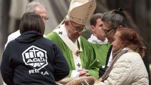 Omkring 4 000 personer deltog i en mässa för att uppmärksamma Världsdagen för de fattiga i Peterskyrkan.