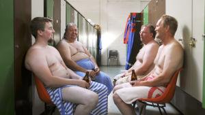 Marko Nikkinen, Olavi Suokas, Jukka Mönkkönen ja Matti Viljamaa saunan pukuhuoneessa dokumentissa Miesten vuoro