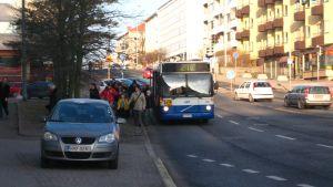 Passagerare stiger av buss 21V på Drumsövägen.