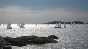 skärgård och små segelbåtar i motljus