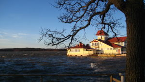 En gul restaurang ute på vattnet i Ekenäs. Den heter restaurang Knipan.