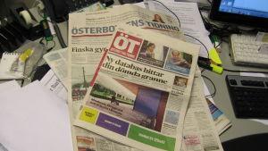 Österbottens tidningar ligger på bordet.