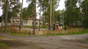 En daghemsgård med lekredskap.