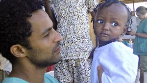 Kuvassa lääkäri Javid Abdelmoneim ja ebolasta parantunut Warrah-vauva