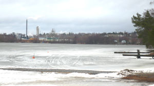 Aurlax och Pitkäniemi industriområde i Lojo fotograferat över Lojosjön.