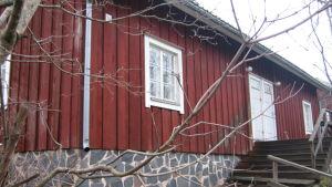 Rött gammalt trähus.