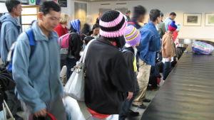 Burmesiska flyktingar anlände tisdag eftermiddag till Kronoby flygplats