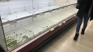 Tomma hyllor i livsmedelsbutik i Milano 23.2.2020. Italienarna hamstrar mat av rädsla för smittospridning.