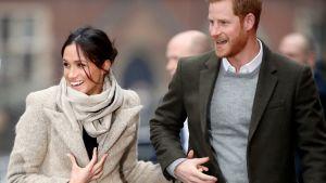 Meghan Markle ja prinssi Harry nauravat käsikädessä.