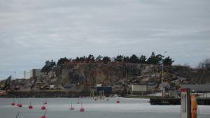 Sprängningsarbeten på Drottnignberget i Hangö i mars 2012