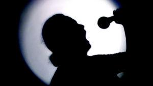 Iskelmälaulaja valoa vasten.