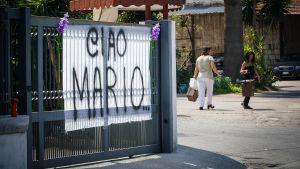 Hyllning till mördad polis i Italien.