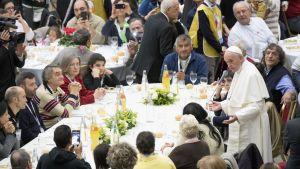 Påven håller ett tal inför gästerna på lunchen för fattiga.