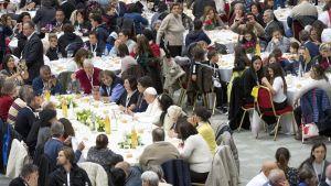 Lunchen serverades i foajén till Paulus VI audienshall.