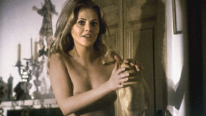 Uhrijuhla (The Wicker Man, 1973). Kuvassa Britt Ekland.