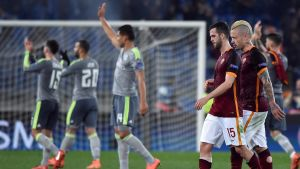 Real Madrid-spelarna jublar, Roma-spelarna deppar.