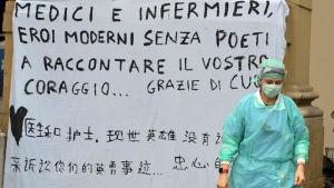 EN solidaritets- och tacksamhetsbanderoll vid sjukhuset Santa Maria Nuova i Florens 12.3.2020. Fyra kinesiska pojkar tackar läkarna och sjukskötarna.