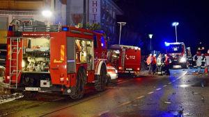 Brandbilar och ambulans vid gata i italienska Lutago.