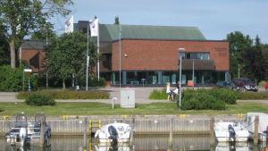 Kommunhuset och biblioteket i Ingå.