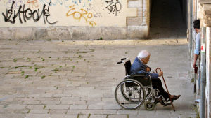 Vanhus pyörätuolissa