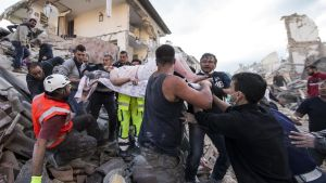 En skadad kvinna lyfts från ruinerna i Amatrice