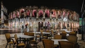 Uteserveringarna invid Arena di Verona och andra restauranger i Italien måste från och med 26 oktober stänga redan klockan 18 som ett led i Italiiens försök att stävja coronavirusets spridning.