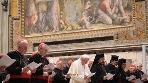 Påven Franciskus deltar i en bön tillsammans med kardinaler på tredje dagen av konferensen om sexuella övergrepp mot barn inom katolska kyrkan.