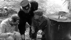 Albin (Kurre Österberg) och Vilgot Mosn Boman (Kaj Rehnberg) och polisen, 1977