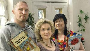 Karri Miettinen (räppäri Paleface) kirjailija Sirpa Kähkönen ja Anna Laine (ohjelmasta 10 kirjaa lapsuudesta)