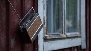 Radio maalaistalon ulkoseinällä
