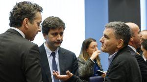 Eurogruppens ordförande Jeroen Dijsselbloem och greklands finansminister Euclid Tsakalotos samtalar.