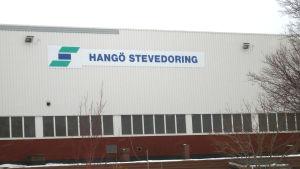 En byggnad det står Hangö Stevedoring på.