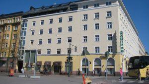 """En bild på en byggnad i Helsingfors där det står """"Hotelli"""" på en skylt på fasaden."""