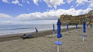 Badorten Posillipo nära Neapel öppnar badstränderna i medlet av maj.