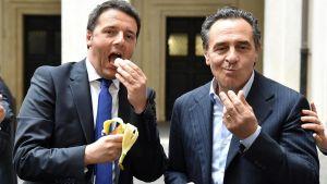 Italiens premiärminister Matteo Renzi och Italiens landslagscoach Cesare Prandelli äter banan.