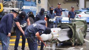Polisen tar en titt på missilen.