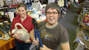 Ari Aura ja Anu Brask pitävät kädessään kirpputorilöytöjä.