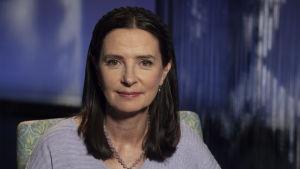 Talous- ja yritysmaailman johtopaikoilla toiminut Anne Brunila toimittaja Anne Flinkkilän haastateltavana.