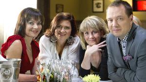Kuvassa: Eeva Virtanen ent. Mäkimaa (Lena Meriläinen), Mirja Mäkimaa (Inka Kallén), Laura Mäkimaa (Pirjo Lankinen) ja Janne Mäkimaa (Misa Nirhamo).
