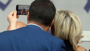 Marie Le Pen och Matteo Salvini tar en selfie vid mötet.
