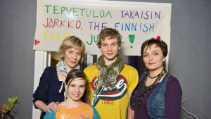 Kuvassa takana vasemmalta lukien: Laura Mäkimaa (Pirjo Lankinen), Jarkko Mäkimaa uusi näyttelijä jaksosta 543, ulos 1.9.2011 (Elias Salonen), Krisse Karri (Piitu Uski) ja edessä Kerttu Mäkimaa (Linda Liikka).